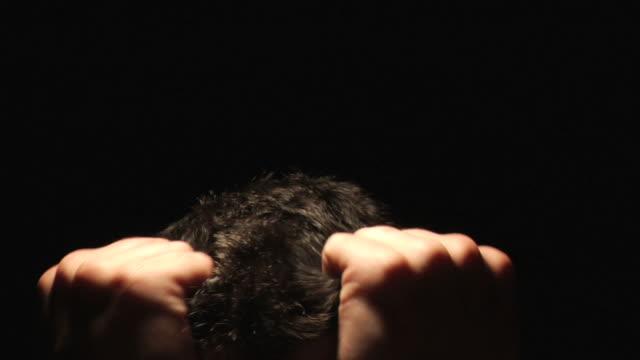 Mann ziehen Ihr Haar in frustration