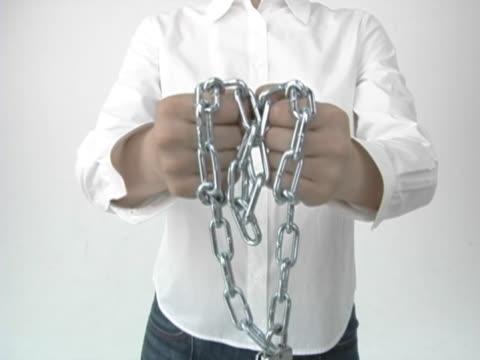 vídeos y material grabado en eventos de stock de man pulling locked chain - sólo hombres jóvenes