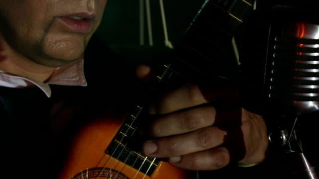uomo-pupazzo con chitarra - cantante video stock e b–roll