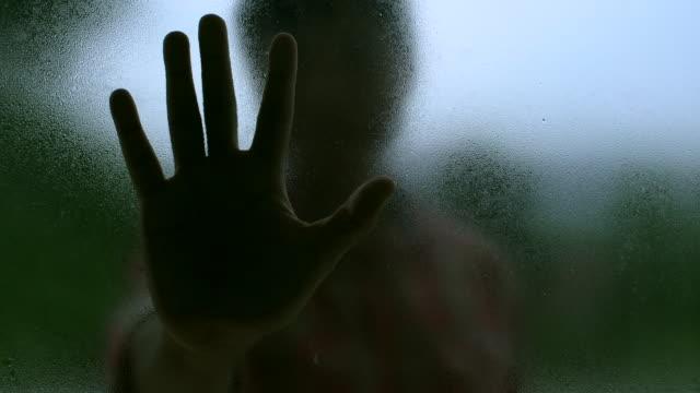 露ミラーに手を押す男 - 空白点の映像素材/bロール