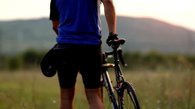 mann schiebt sein fahrrad - gebrochen stock-videos und b-roll-filmmaterial