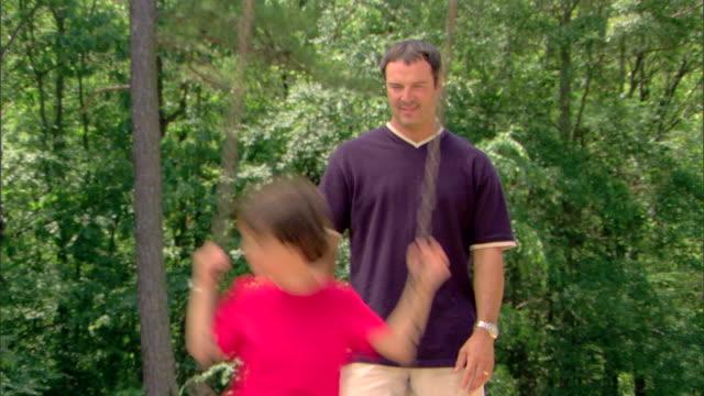 man pushing boy on a swing - この撮影のクリップをもっと見る 1428点の映像素材/bロール