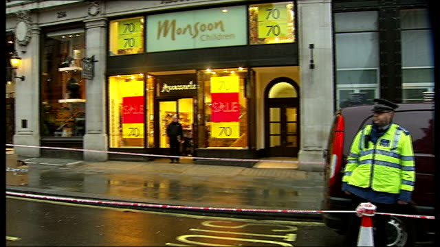 man questioned by police after threatening to blow himself up in shop in regent street england london regent street long shot back view of... - seilabsperrung stock-videos und b-roll-filmmaterial