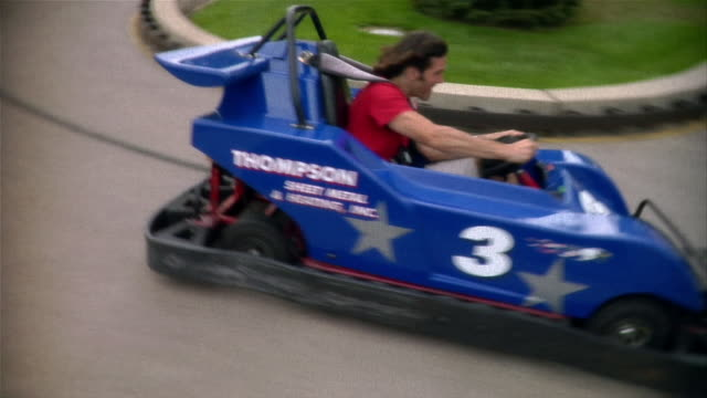 vídeos de stock, filmes e b-roll de man racing go-cart - número 3