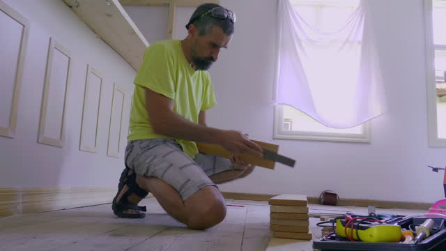 vídeos de stock, filmes e b-roll de diy. homem raspando vigas de madeira para móveis de cozinha. mudando-se para uma casa nova. melhoria da casa e reparos. - lixadeira