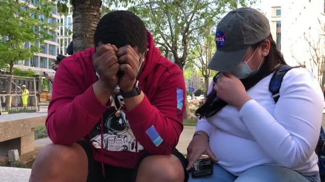 stockvideo's en b-roll-footage met man reacts to the verdict as a crowd forms in black lives matter plaza in washington, dc, usa on tuesday, april 20, 2021 to hear the verdict in the... - oordeel juridische procedure