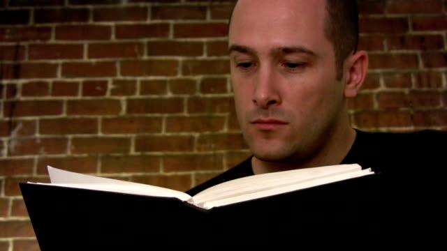 Mann liest ein Buch
