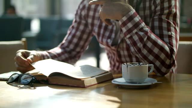 man リーティング読書 - 書斎点の映像素材/bロール
