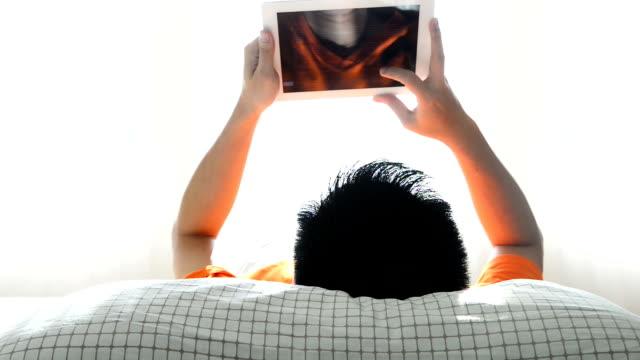 Uomo legge un libro in un tablet
