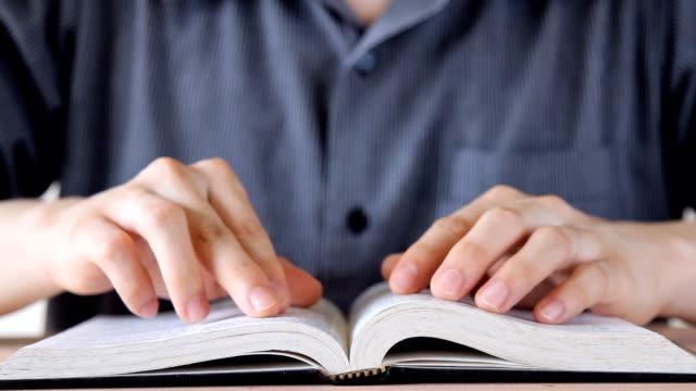 Mann-Lesebuch, wischen nach dem Vorbild des Buches, schließen Sie dann das Buch