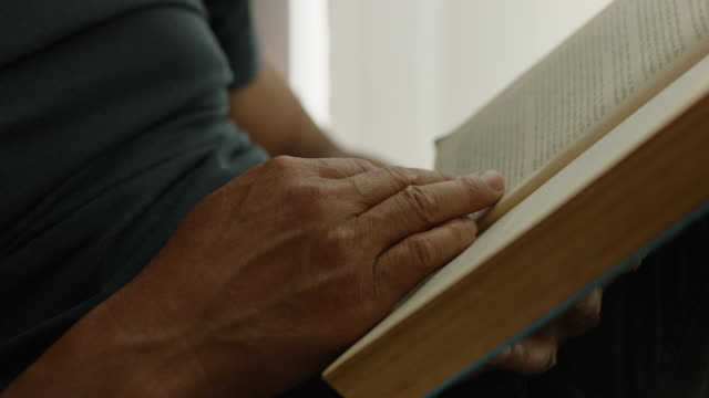 stockvideo's en b-roll-footage met man reading book - reading