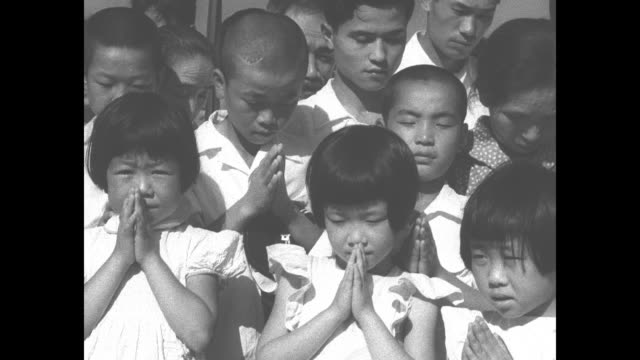 vidéos et rushes de man reads japanese document during hiroshima requiem mass for the japanese people killed by the us a-bomb dropped on the city in 1945 / man departs... - choeur