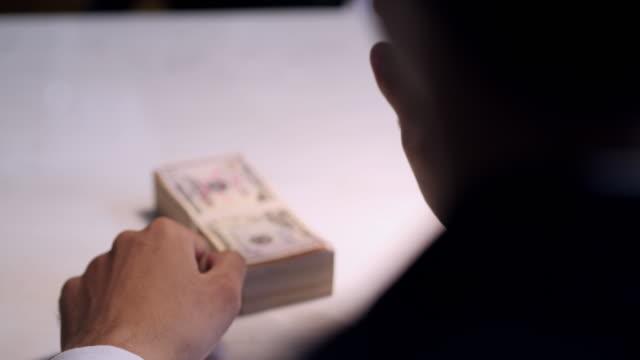 stockvideo's en b-roll-footage met man veel geld ontvangen in trading, business succes concept.business & finance concept - omkoping