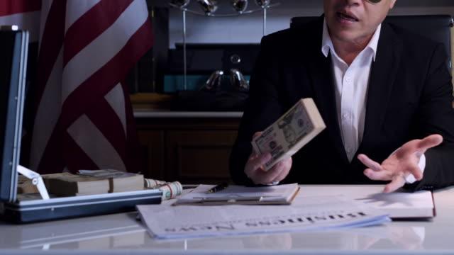 vidéos et rushes de l'homme recevoir beaucoup d'argent de trading, concept business succès concept.business & finance - porte documents