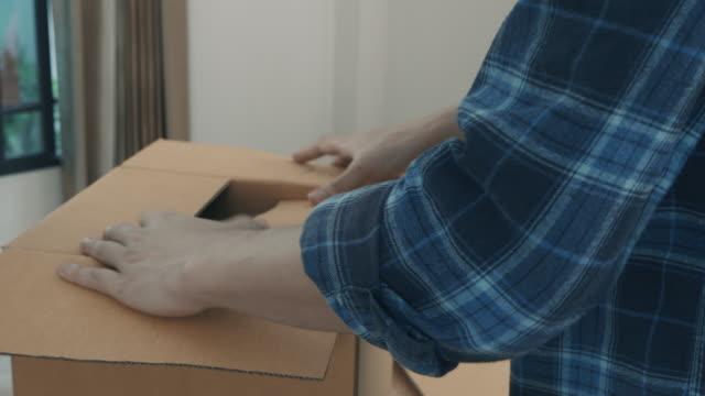 mann paket erhalten - post stock-videos und b-roll-filmmaterial