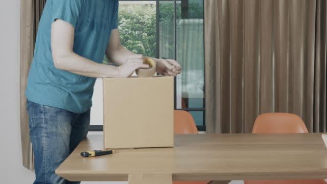 男は、パッケージを受け取る - 荷造り点の映像素材/bロール