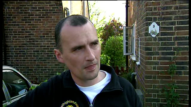 man receives council warning for flying skull and crossbones flag; england: surrey: ashtead: ext reporter to camera david waterman - jolly video stock e b–roll