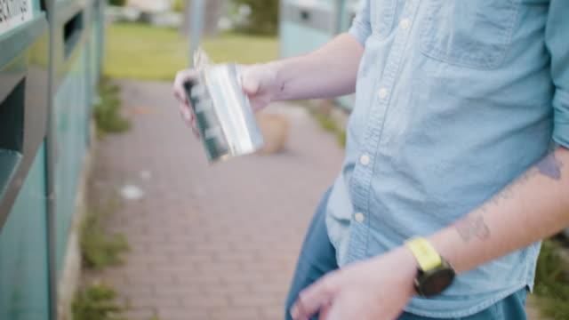 vidéos et rushes de homme recyclant le métal à la station de gestion des déchets - un seul homme d'âge moyen