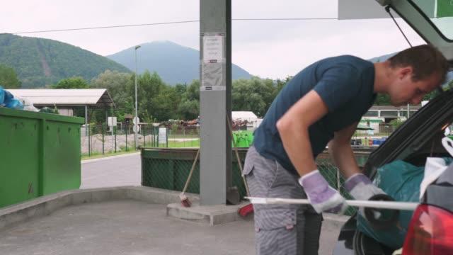 廃棄物のリサイクル、保護手袋を着用の男 - リサイクル工場点の映像素材/bロール