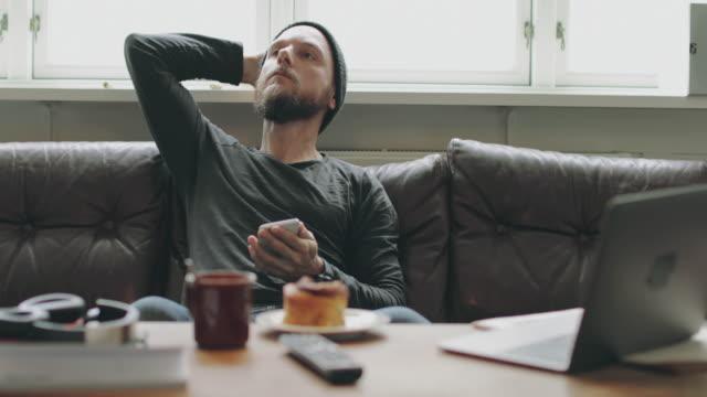vídeos y material grabado en eventos de stock de hombre relajado en casa, toma un descanso - oresund escandinavia