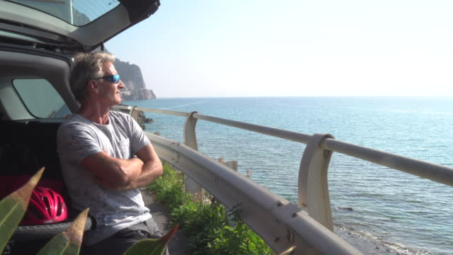 vídeos de stock, filmes e b-roll de homem relaxa com a bicicleta na bagageira do carro - equipamento esportivo