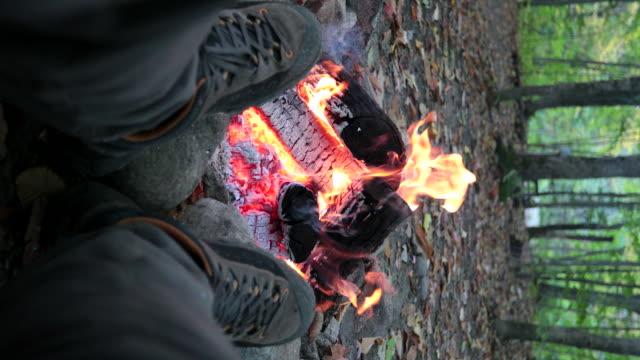 mann entspannen und warm halten am bonfire in camping im herbst - überleben stock-videos und b-roll-filmmaterial