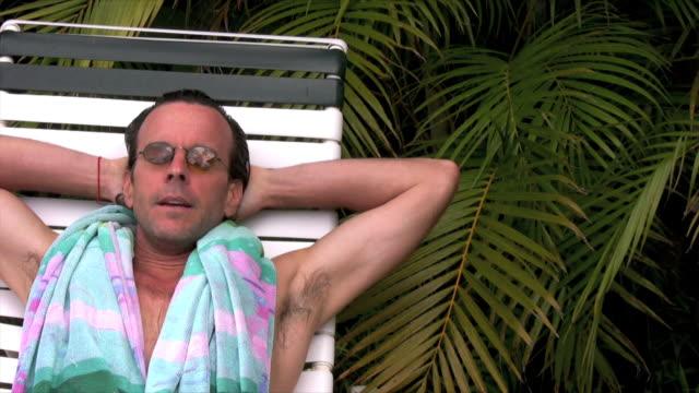 stockvideo's en b-roll-footage met man relaxing poolside - alleen oudere mannen