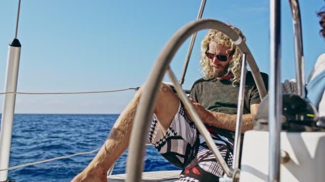 vídeos y material grabado en eventos de stock de 4 hombre k relajante, lectura volante en velero soleado, tiempo real - crucigrama