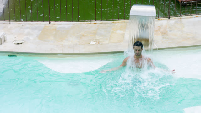 Man ontspannen met hydrotherapie in de spa