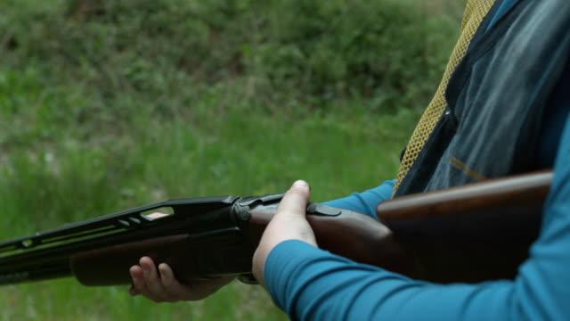 stockvideo's en b-roll-footage met man reloading a shotgun - jachtgeweer