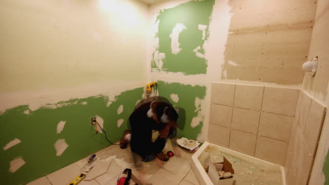 t/l, ws, man renovating bathroom - renovierung themengebiet stock-videos und b-roll-filmmaterial