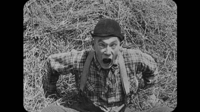vidéos et rushes de 1916 man (fatty arbuckle) rescues woman (mabel normand) from pitchforked man (al st. john) who gets chased by dog - sauvetage