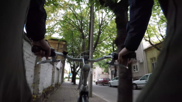 vídeos de stock e filmes b-roll de homem de bicicleta de equitação - guiador