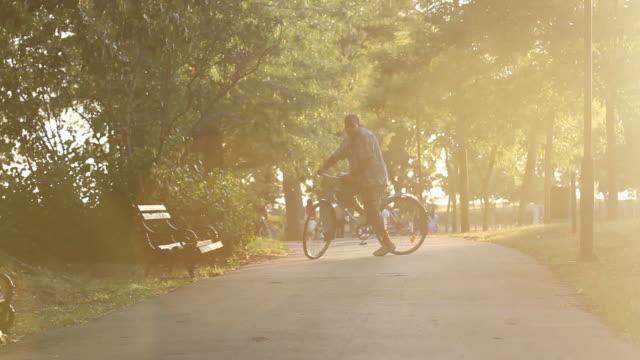 vídeos de stock e filmes b-roll de man riding bicycle - one mid adult man only