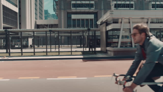 Homme équitation un vélo dans un cadre urbain