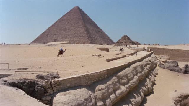 ws pan man riding camel near pyramid of mycerinus and great sphinx / giza, egypt - 1992 stock videos & royalty-free footage