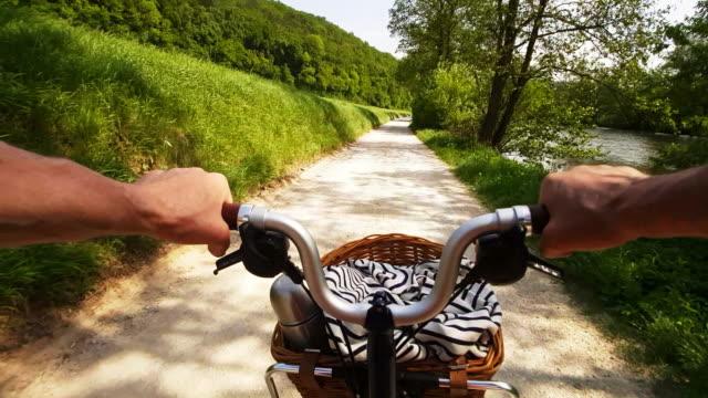 man ridning fällbar cykel i river valley - korg bildbanksvideor och videomaterial från bakom kulisserna