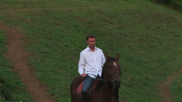 cavallo equitazione uomo in natura - solo un uomo di età media video stock e b–roll
