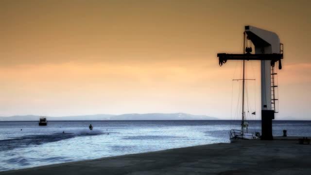 hd: uomo andare in acquascooter al tramonto - acquascooter video stock e b–roll