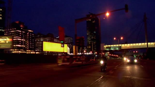 ws pov zi man riding motorbike on motorway in traffic at night / london, uk - fahrzeug fahren stock-videos und b-roll-filmmaterial