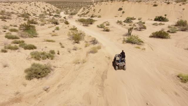 vidéos et rushes de homme conduisant sur le quad-bike dans le désert - sports utility vehicle