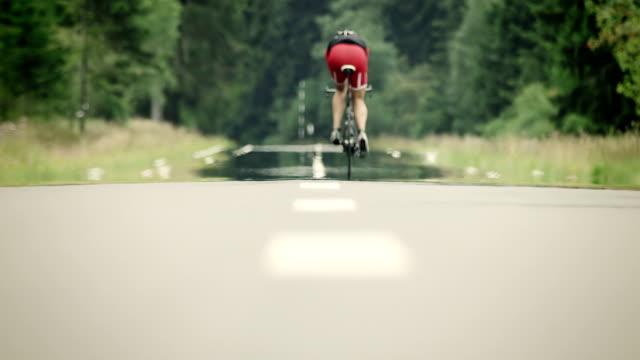 vídeos y material grabado en eventos de stock de hombre montar bicicleta de carreras - triatleta