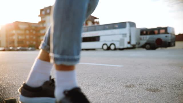 vídeos y material grabado en eventos de stock de hombre montar skateboard en estacionamiento - surf en longobard