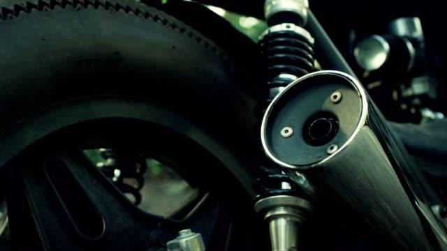 vídeos de stock, filmes e b-roll de homem de moto vintage. detalhes da máquina - motor