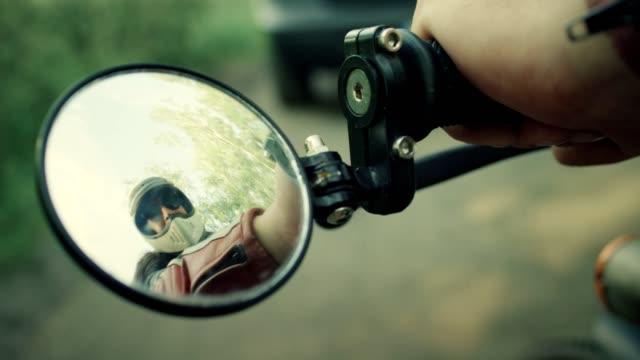 vidéos et rushes de homme vintage moto. reflet miroir - miroir ancien
