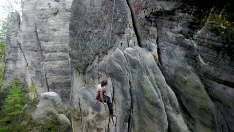 vídeos y material grabado en eventos de stock de hombre escalador rappel - cuerda
