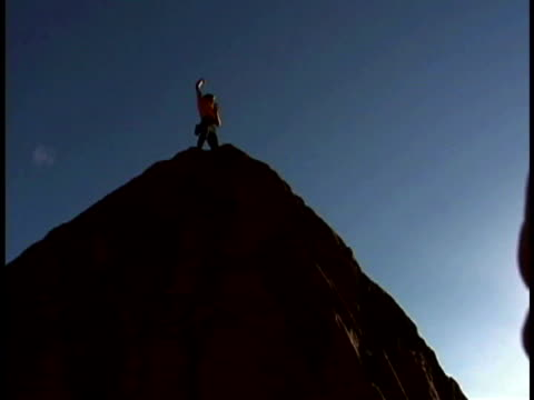 man rock climbing - dreiviertelansicht stock-videos und b-roll-filmmaterial