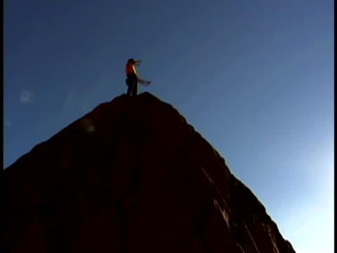 man rock climbing - freiklettern stock-videos und b-roll-filmmaterial