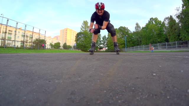 vídeos de stock e filmes b-roll de homem sobre a máquina de patinagem sobre rodas - capacete