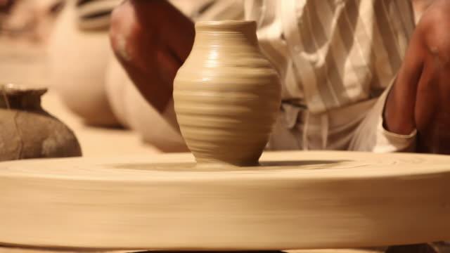 vídeos de stock e filmes b-roll de man rotating potter's wheel, faridabad, haryana, india - só homens maduros